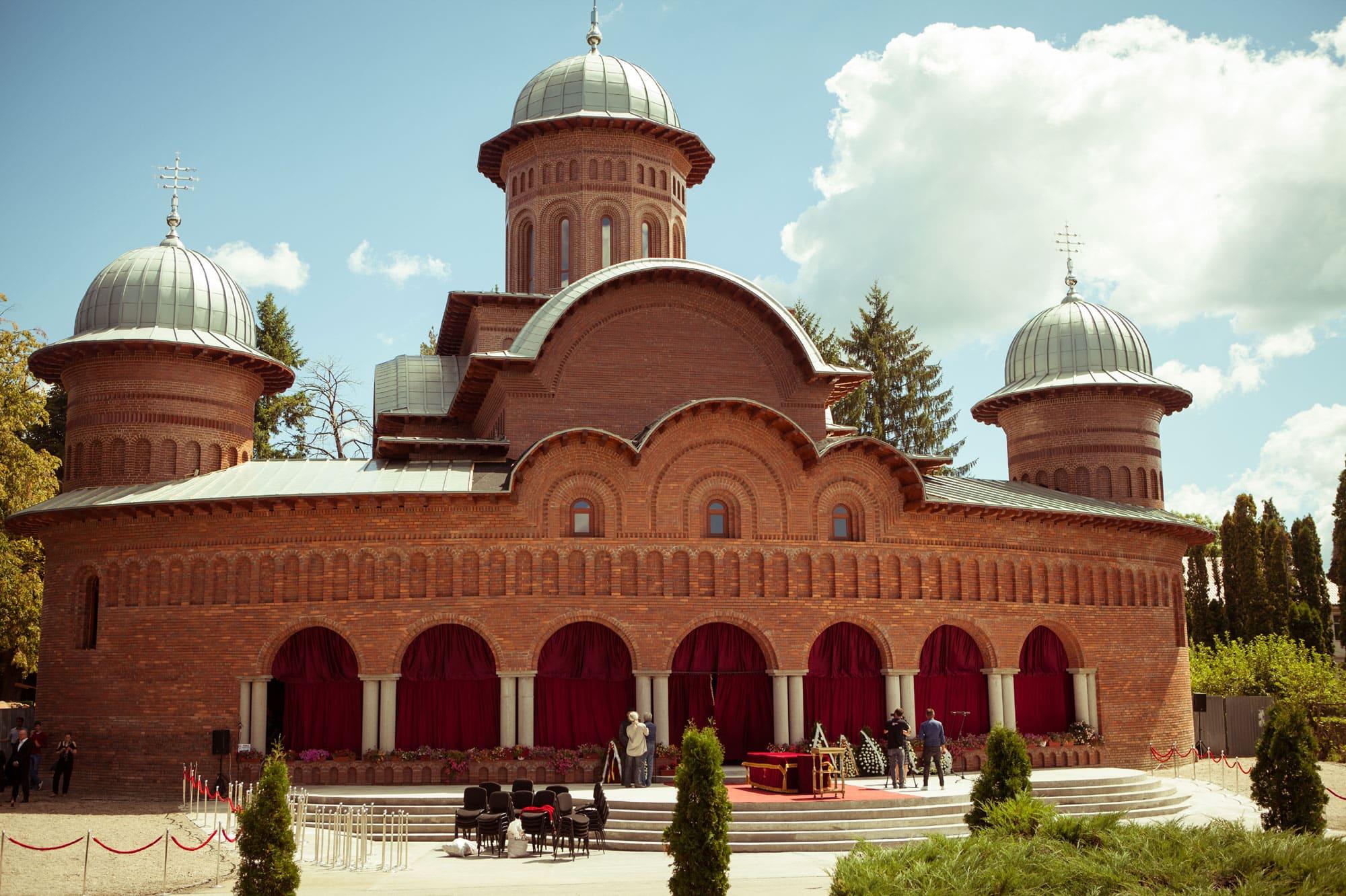 curtea-de-arges-monastery-vidraru-dam-transfagarasan-2